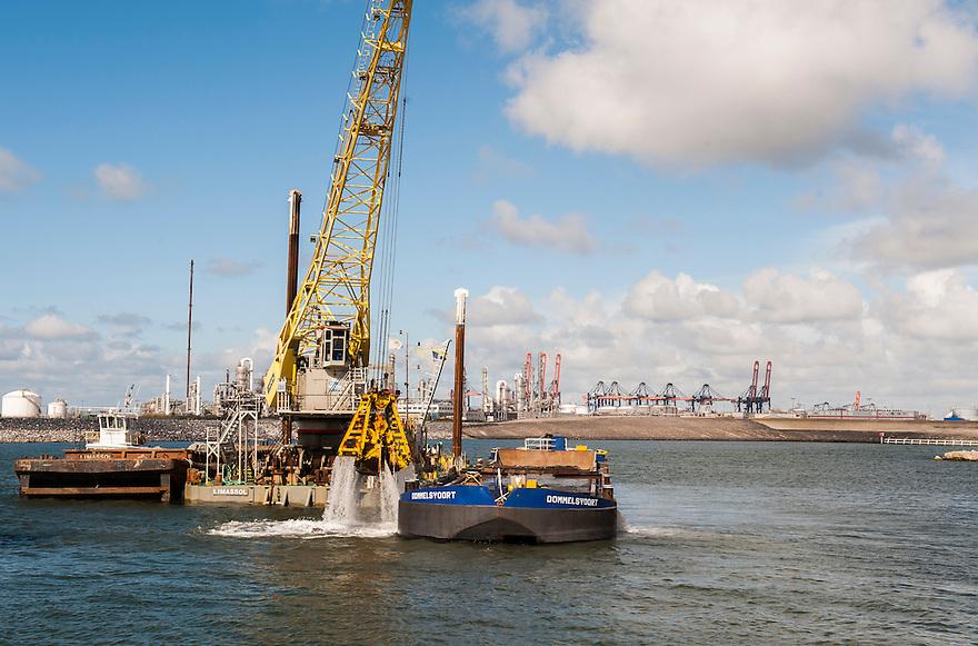 Nederland, Rotterdam, 23 mei 2013<br /> Werk aan de tweede maasvlakte.<br /> <br /> Foto(c): Michiel Wijnbergh