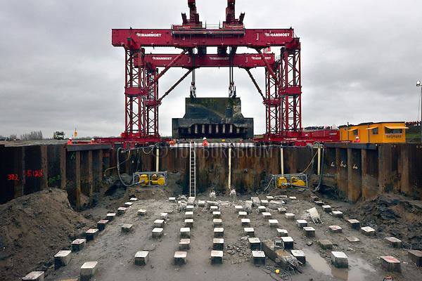 NIEUWEGEIN - Verplaatsing van de kazemat Vreeswijk-Oost door Mammoet in opdracht van bouwcombinatie Sas van Vreeswijk en Rijkswaterstaat. Het is het eerste object van de Nieuwe Hollandse Waterlinie (NHW) die verplaatst wordt om ruimte te maken voor de verbreding van het Lekkanaal. In totaal gaat het om de verplaatsing van drie kazematten (Vreeswijk-Oost, Schalkwijkse Wetering, Houtense Wetering), een schutsluis, twee palengroepen en een duikerhoofd. Deze verdedigingswerken, gebouwd in 1936 vanwege de aanleg van het Lekkanaal en de bouw van de Prinses Beatrixsluis, komen oostelijk langs het verbrede kanaal in het landschap te liggen. COPYRIGHT TON BORSBOOM / SAS VAN VREESWIJK