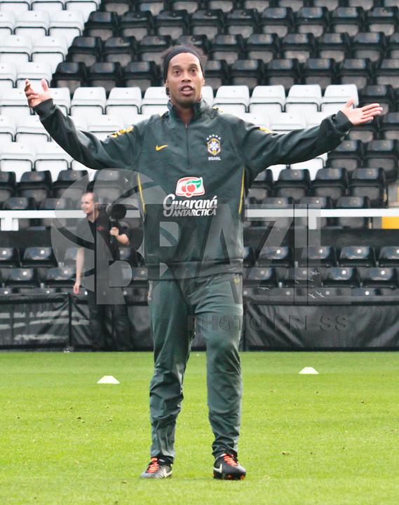 LONDRES, INGLATERRA - 04 SETEMBRO DE 2011 - TREINO SELECAO BRASILEIRA -  Ronaldinho da seleção Brasileira, durante treino de reconhecimento de gramado, neste domingo (4), um dia antes da partida amistosa contra a seleção de Gana, no Craven Cottage Stadium Londres. (FOTO: VANESSA CARVALHO - NEWS FREE).