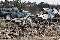 DAI08 ISHINOMAKI (JAPÓN) 07/03/2011.- Un hombre rescata un álbum de fotos del interior de un coche destrozado como consecuencia del devastador tsunami, en la ciudad de Ishinomaki, en la prefectura de Miyagi (Japón), hoy, jueves 7 de abril de 2011. El número de muertos por el terremoto y el tsunami del 11 de marzo en el noreste de Japón se elevó hoy a 12.596, al tiempo que otras 14.747 personas siguen desaparecidas, según el último recuento policial. Además, en más de 2.000 refugios temporales continúan evacuadas cerca de 160.000 personas provenientes de las provincias nororientales de Miyagi, Iwate y Fukushima, las más devastadas por la catástrofe. EFE/DAI KUROKAWA