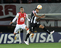 BOGOTA- COLOMBIA – 18-03-2015: Juan Roa (Izq.) jugador del Independiente Santa Fe de Colombia, disputa el balon con Douglas Santos (Der.) jugador de Atletico Mineiro de Brasil, durante partido entre Independiente Santa Fe de Colombia y Atletico Mineiro de Brasil, por la segunda fase, grupo 1, de la Copa Bridgestone Libertadores en el estadio Nemesio Camacho El Campin, de la ciudad de Bogota. / Juan Roa (L) player of Independiente Santa Fe of Colombia, figths for the ball with Douglas Santos (R) jugador of Atletico Mineiro of Brasil during a match between Independiente Santa Fe of Colombia and Atletico Mineiro of Brasil for the second phase, group 1, of the Copa Bridgestone Libertadores in the Nemesio Camacho El Campin in Bogota city. Photo: VizzorImage / Luis Ramirez / Staff.