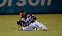 Jerry Owens de Naranjeros  atrapa elevado en el Jardin Central  ,  durante el  tercer juego de la serie de beisbol entre Charros de Jalisco vs Naranjeros de Hermosillo de la Liga Mexicana del Pacifico en el Estadio Sonora.<br /> Hermosillo Sonora a 13 noviembre 2014. <br /> (Foto: Luis Gutierrez)