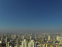 SAO PAULO, SP, 10.11.2013 - CLIMA TEMPO/ SAO PAULO - Manha de céu azul visto a partir do bairro da Mooca regiao leste da cidade de Sao Paulo, neste domingo com previsão de minimo 17º graus e máxima de 31º graus. (Foto: Luiz Guarnieri / Brazil Photo Press)