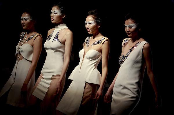 SMA005 PEKÍN (CHINA) 29/10/2012.- Varias modelos presentan las creaciones de un estudiante graduado de la Colección Graduado ESMOD durante la Semana de la Moda de Pekín, en China, hoy lunes 29 de octubre de 2012. El escaparate de la moda chino se celebra entre el 24 de octubre y el 3 de noviembre. EFE/Diego Azubel
