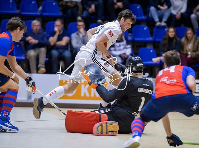 ROTTERDAM  - NK Zaalhockey . finale heren: SCHC-Amsterdam (2-2, SCHC wint shoot-outs) . Wiegert Schut (Adam)  stuit op keeper Matthijs Odekerken (SCHC) .  COPYRIGHT KOEN SUYK