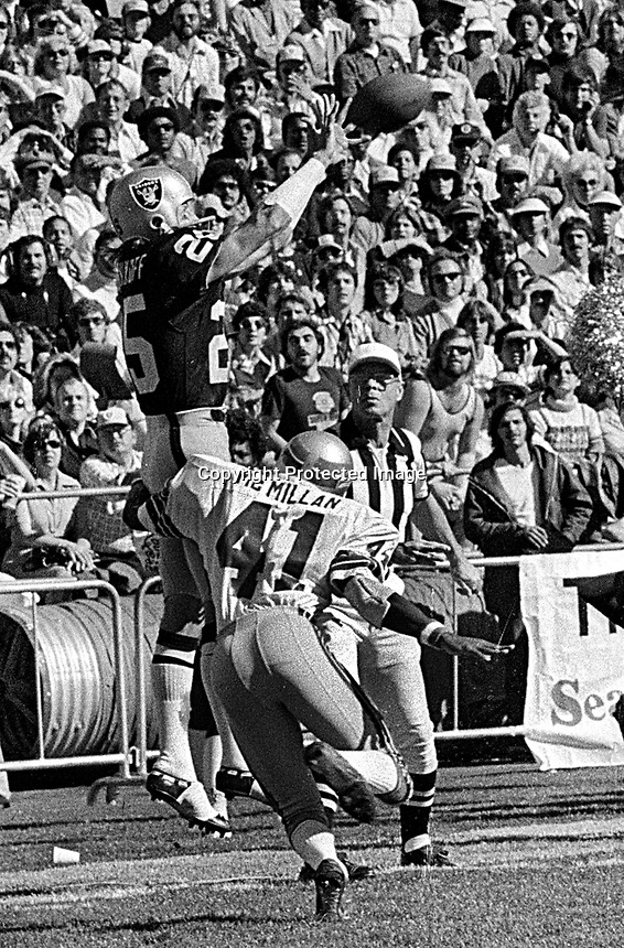 Oakland Raiders Fred Biletnikoff grabs pass against the Seattle Seahawks..Eddie McMillan. (1977 photo/Ron Riesterer)