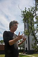 Europe/France/Aquitaine/33/Gironde/Saint-Androny: Ile de Patiras - Philippe Lacourt créateur de Gens d'Estuaire devant le pahre [Non destiné à un usage publicitaire - Not intended for an advertising use]