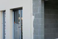 Une epaisseur de parpaing a laquelle on ajoutera une isolation interne de platre et polystyrene