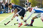 AMSTELVEEN - Marlon Landbrug (Pinoke) met Leon van Barneveld (SCHC). . Hoofdklasse competitie heren. Pinoke-SCHC (0-1) . COPYRIGHT  KOEN SUYK