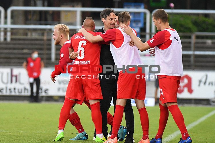 12.06.2020, Hänsch-Arena, Meppen, GER, 3.FBL, SV Meppen vs. Hallescher FC, <br /> <br /> im Bild<br /> die Mannschaft vom Halleschen FC bejubelt den 2:3-Sieg. Schlussjubel, Schlußjubel, Emotion, Freude <br /> <br /> <br /> DFL REGULATIONS PROHIBIT ANY USE OF PHOTOGRAPHS AS IMAGE SEQUENCES AND/OR QUASI-VIDEO<br /> <br /> Foto © nordphoto / Paetzel