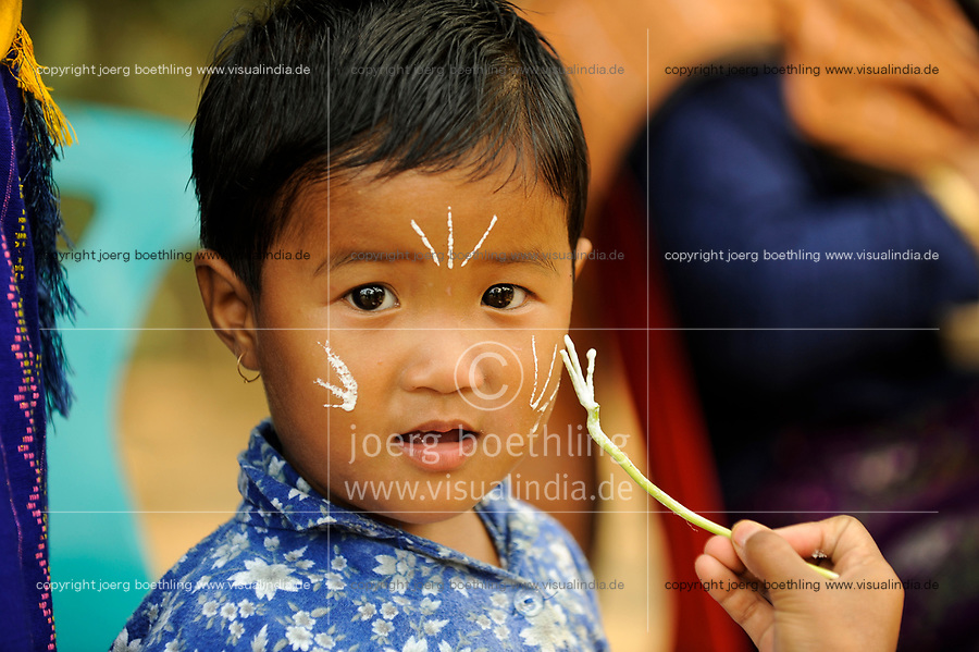 BANGLADESH Madhupur, Garo child get painted for harvest festival Wangal, Garos is a ethnic and christian minority / Bangladesch, Region Madhupur, Garo Junge wird  zum Erntefest Wangala bemalt , Garo sind eine christliche u. ethnische Minderheit