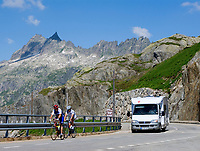 CHE, Schweiz, Kanton Bern, Berner Oberland, Grimselpass (2.165 m) - Grenze der Kantone Bern und Wallis: mit Radfahrern und Wohnmobil | CHE, Switzerland, Bern Canton, Bernese Oberland, Grimselpass (2.165 m) - border of cantones Bern +Valais: with cyclists + camper