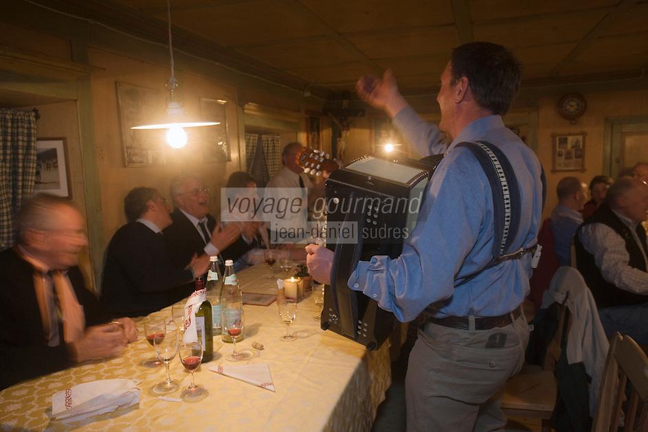"""Europe/Italie/Trentin Haut-Adige/Dolomites/Alta Badia/env de San Cassiano/Pedraces:  Soirée animée avec accordéoniste à Auberge de Montagne   """"Maso Runch Hof"""""""