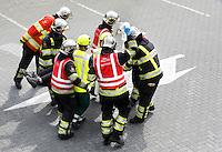 Nederland Hardenberg 2015 08 15. Veiligheidsdag in Hardenberg. In scene gezet auto ongeluk. Ambulance medewerkers en brandweermannen bevrijden een vrouw uit een auto en verlenen eerste hulp. Vrouw wordt weggedragen van de plaats van het ongeluk