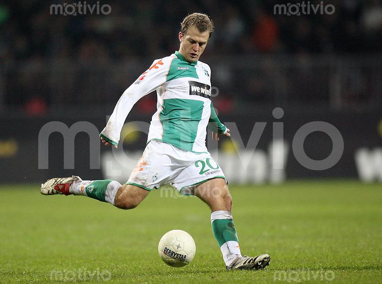 Fussball  1. Bundesliga  Saison 2006/2007 Daniel JENSEN (SV Werder Bremen), Einzelaktion am Ball