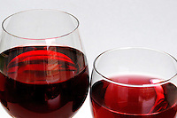 Cibi e bevande. Food and beverages..Bicchieri di vino rosso e binco. Glasses of red and white wine....
