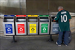 Coleta de lixo reciclado, estaçao do Metro, Sao Paulo. 2018. Foto de Juca Martins.