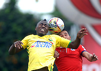 BOGOTA - COLOMBIA - 06-12-2015: Wilmer Boyaca (Der.) jugador de Fortaleza FC, disputa el balón con Maicol Balanta (Izq.) jugador de Atletico Bucaramanga, durante partido de ida de la final del Torneo Aguila II entre Fortaleza FC y Atletico Bucaramanga, jugado en el estadio Metropolitano de Techo de la ciudad de Bogota. / Wilmer Boyaca (R) player of Fortaleza FC, figths for the ball with Maicol Balanta (L) player of Atletico Bucaramanga, during a match for the first leg for  the  final of the Torneo Aguila II between Fortaleza FC and Atletico Bucaramanga, ?? played at the Metropolitano de Techo stadium in Bogota. Photo: VizzorImage / Luis Ramirez / Staff.