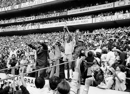 21.06.1970. Mexico City, Mexico. 1970 FIFA World Cup Football Final. Brasil versus Italy.  Brasil Captain, Carlos Alberto (Brasil)  holds the world cup trophy up to the crowd at the presentation