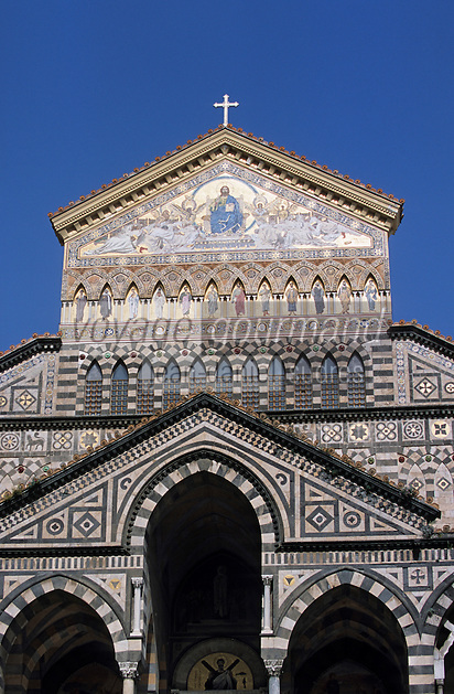 Europe/Italie/Côte Amalfitaine/Campagnie/Amalfi : Le Duomo di Sant'Andrea (dont la structure date du XVIII° et la façde du XIX°) - La façade polychrome