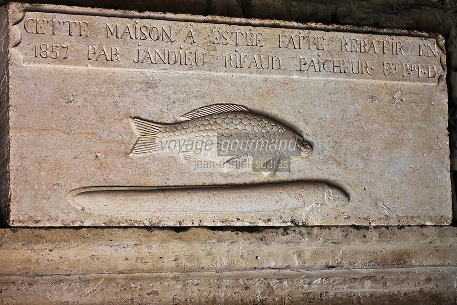 Europe/France/Poitou-Charentes/79/Deux-Sèvres/Sansais/La Garette: Linteau de Cheminée dune Maison Maraichine représentant des poissons d'eau douce: Carpe et Anguille