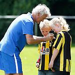 Nederland, Papendal, 1 juli 2012.Seizoen 2012-2013.Eerste training Vitesse .Twee jeugdige supporters van Vitesse krijgen een handtekening op hun shirt van Fred Rutten, de nieuwe trainer-coach van Vitesse op het trainingsveld van Vitesse
