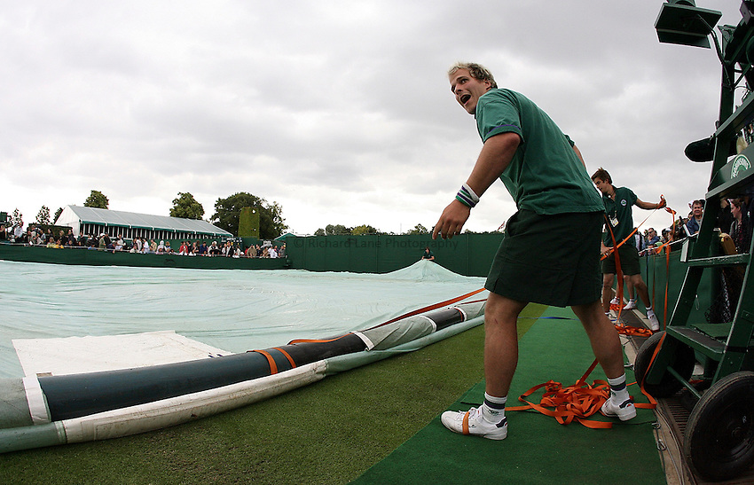 Photo: Paul Thomas..Wimbledon Championships. 27/06/2007...The rain covers come on.