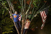 """STX08 WASHINGTON (EEUU) 02/05/2011.- Cientos de estadounidenses celebran con júbilo la muerte de Osama bin Laden en un operativo de Estados Unidos en Pakistán, en las inmediaciones de la Casa Blanca, en Washingon (Estados Unidos), hoy, lunes 2 de mayo de 2011. Manifestaciones de júbilo, gritos de """"USA, USA"""", banderas estadounidenses y bocinas de automóviles pitando en son de celebración se escucharon durante varias horas desde la medianoche del domingo en el centro de Washington, donde miles de personas manifestaban su alegría por la noticia. Inmediatamente después de que corriera por twitter y los distintos medios de comunicación la noticia de la muerte del cerebro de los ataques del 11 de Septiembre de 2001, grupos de personas comenzaron a concentrarse en las inmediaciones de la Casa Blanca. La euforia se hizo palpable cuando el presidente de EEUU, Barack Obama confirmó, la muerte del terrorista más buscado de EEUU. EFE/SHAWN THEW"""