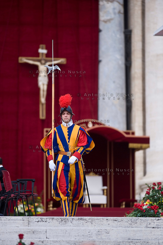 Una guardia svizzera arriva in Piazza San Pietro. A swiss guard arrives in St. Peter's Square to attend a canonization ceremony.