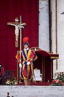 Una guardia svizzera arriva in Piazza San Pietro. A swiss guard arrives in St. Peter's Square to attend a canonization ceremony.