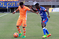 ENVIGADO -COLOMBIA-29-04-2017: Duvan Vergara (Izq) jugador de Envigado FC disputa el balón con Yamilson Rivera (Der) jugador de Deportivo Pasto durante partido por la fecha 15 de la Liga Águila I 2017 realizado en el Polideportivo Sur de la ciudad de Envigado. / Duvan Vergara (L) player of Envigado FC fights for the ball with Yamilson Rivera (R) player of Deportivo Pasto during match for the date 15 of the Aguila League I 2017 played at Polideportivo Sur in Envigado city.  Photo: VizzorImage/ Externos Envigado /Cont