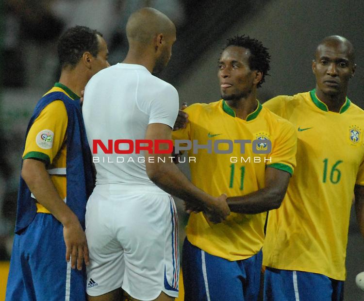 FIFA WM 2006 -  Round of Sixteen - / Viertelfinale <br /> Play    #60 ( 01. Juli) -  Brasilien - Frankreich<br /> <br /> Der Torsch&cedil;tze Thierry Henry (FRA) mit den entt&permil;uschten Cafu (BRA), Ze Roberto (BRA) und Gilberto (BRA)<br /> <br /> Foto &copy; nordphoto
