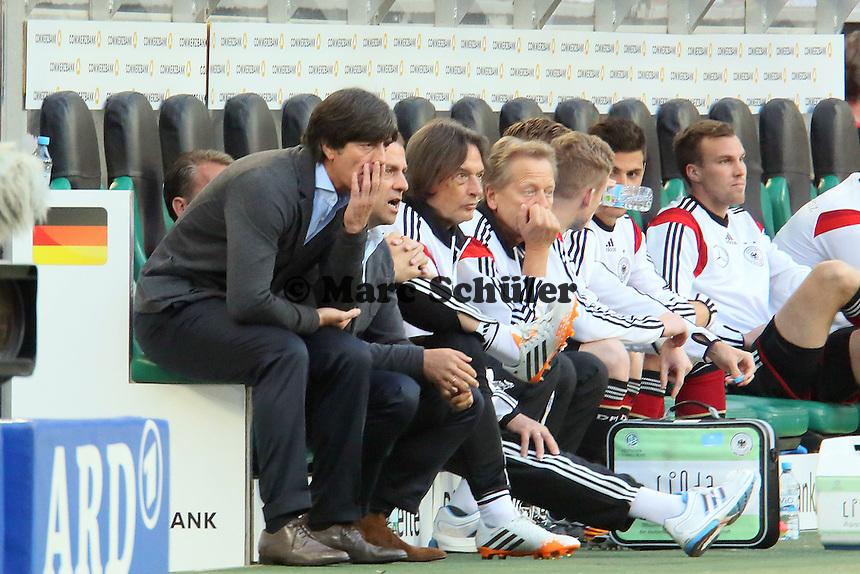 Bundestrainer Joachim Löw und Co-Trainer Hansi Flick (D) erschüttert - Deutschland vs. Kamerun, Mönchengladbach