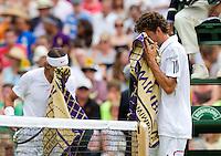 24-06-10, Tennis, England, Wimbledon, Robin Haase  en Rafael Nadal vegen het zweeet weg tijdens de wissel