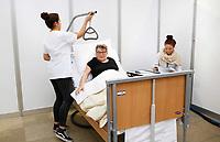 Nederland Amsterdam -  Maart 2019. Skills Heroes in de RAI. Skills Heroes zijn vakwedstrijden voor het mbo. Tijdens een voorronde op de eigen school, kwalificatiewedstrijden op diverse mbo-instellingen in heel Nederland en tot slot tijdens de nationale finales, strijden deelnemers om in hun vakgebied de beste van Nederland te worden.  Verpleegkundige aan het werk. Oudere vrouw speelt de rol van patient.  Foto mag niet in negatieve / schadelijke context gepubliceerd worden.   Foto Berlinda van Dam / Hollandse Hoogte