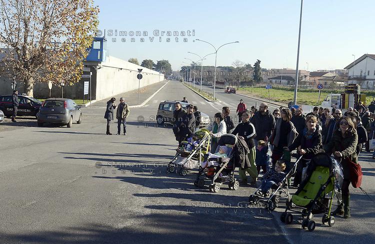Roma 31 Dicembre 2012..Manifestazione contro il carcere a Rebibbia..il corteo davanti il carcere