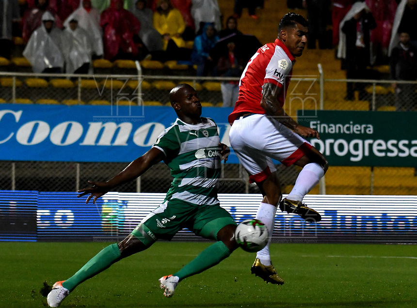 BOGOTÁ-COLOMBIA, 06-10-2019: Andrés Murillo de La Equidad y Jefferson Duque de Independiente Santa Fe disputan el balón durante partido entre La Equidad y el Independiente Santa Fe de la fecha 15 por la Liga Águila II 2019, jugado en el estadio Metropolitano de Techo en la ciudad de Bogotá. / Andrés Murillo of La Equidad and Jefferson Duque of Independiente Santa Fe vies for the ball, during a match between La Equidad and Independiente Santa Fe, of the 15th date for the Liga Aguila II 2019 at the Metropolitano de Techo stadium in Bogota city. / Photo: VizzorImage  / Luis Ramírez / Staff.