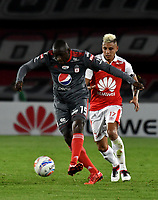 BOGOTA - COLOMBIA - 21 - 03 - 2018: Juan Daniel Roa (Der.) jugador de Independiente Santa Fe, disputa el balón con Cristian Martinez Borja (Izq.) jugador de America de Cali, durante partido aplazado de la fecha 3 entre Independiente Santa Fe y America de Cali, por la Liga Aguila I 2018, en el estadio Nemesio Camacho El Campin de la ciudad de Bogota. / Juan Daniel Roa (R) player of Independiente Santa Fe struggles for the ball with Cristian Martinez Borja (Izq.) player of America de Cali, during a posponed match of the 3rd date between Independiente Santa Fe and America de Cali, for the Liga Aguila I 2018 at the Nemesio Camacho El Campin Stadium in Bogota city, Photo: VizzorImage / Luis Ramirez / Staff.