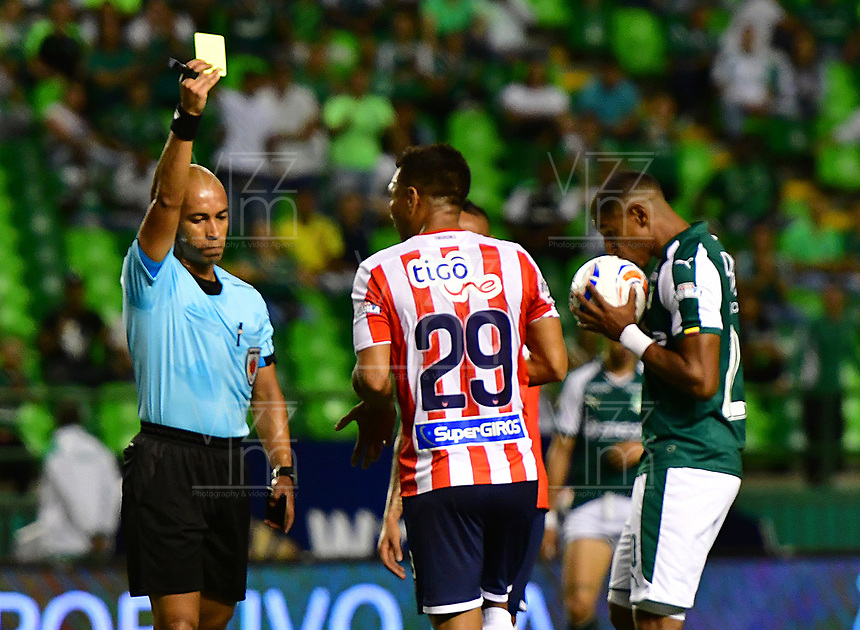 PALMIRA - COLOMBIA, 02-09-2018: Diego Leon Escalante, arbitro, muestra la tarjeta amarilla a Teofilo Gutierrez del Junior,  durante el partido entre el Deportivo Cali y Atlético Junior por la fecha 7 de la Liga Águila II 2017 jugado en el estadio Palmaseca de Cali. / Diego Leon Escalante, referee, shows the yellow card to Teofilo Gutierrez of Junior, during the match between Deportivo Cali and Atletico Junior for the date 7 of the Aguila League II 2017 played at Palmaseca stadium in Cali.  Photo: VizzorImage/ Nelson Rios / Cont
