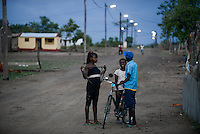 MOZAMBIQUE, Moatize, Cateme, this resettlement was constructed by brazil coal company VALE as compensation for relocated people from Chipanga, where VALE is extending its coal mining operations / MOSAMBIK, Moatize, Siedlung Cateme, fuer die Erweiterung der Kohlemine des brasilianischen Unternehmens VALE wurde die Ortschaft Chipanga abgerissen, die Bewohner wurden 40 km von Moatize enfernt nach Cateme umgesiedelt