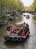Boote auf  Oudezijdrs Vorburgwal  am Königstag in Amsterdam, Provinz Nordholland, Niederlande<br /> Boats t Kings day, Gracht Oudezijdrs Vorburgwal, Amsterdam, Province North Holland, Netherlands