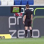 Schiedsrichter Felix Brych schaut sich das Foulspiel nochmals per Video an<br /> <br /> Foto: POOLFOTO/Avanti/Ralf Poller/PIX-Sportfotos.<br /> TSG 1899 Hoffenheim-1. FC Koeln.<br /> Sinsheim,  GER, 27.05.2020 , 28. Spieltag , Fussball 1. Bundesliga 2019/2020.<br /> <br /> Sport: Fussball: LIGA: Saison 19/20: TSG 1899 Hoffenheim- 1.FC Koeln, 27.05.2020.<br /> Foto: RALF POLLER/AVANTI/POOL<br /> <br /> Nur für journalistische Zwecke! Only for editorial use! <br /> Gemäß den Vorgaben der DFL Deutsche Fußball Liga ist es untersagt, in dem Stadion und/oder vom Spiel angefertigte Fotoaufnahmen in Form von Sequenzbildern und/oder videoähnlichen Fotostrecken zu verwerten bzw. verwerten zu lassen. DFL regulations prohibit any use of photographs as image sequences and/or quasi-video.