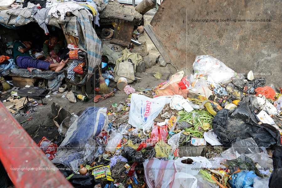 MADAGASCAR Antananarivo, homeless family living as rag picker close to garbage container/ MADAGASKAR Antananarivo, obdachlose Familie von FRANCOIS RABENATOANDRO