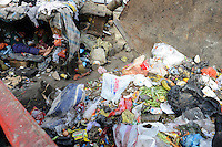 MADAGASCAR Antananarivo, homeless family living as rag picker close to garbage container/ MADAGASKAR Antananarivo, obdachlose Familie von FRANCOIS RABENATOANDRO