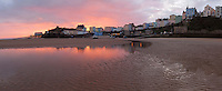 Great Britain, England, Wales, Pembrokeshire, Tenby: Sunrise over Tenby from the North Beach at low tide | Grossbritannien, England, Wales, Pembrokeshire, Tenby: Sonnenaufgang ueber Tenby, bei Ebbe am North Beach