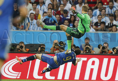 13.07.2014. Estadio do Maracana Rio de Janeiro, Brazil. Manuel NEUER, cleans out the ball and Higuain, Gonzalo (Arg) during  the FIFA World Cup 2014 final soccer match between Germany and Argentina at the Estadio do Maracana in Rio de Janeiro, Brazil, 13 July 2014.