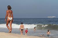 RIO DE JANEIRO, RJ, 02 MAIO 2013 - CLIMA TEMPO RJ -  Depois de uma manha com forte nevoeiro o sol apareceu forte na parte da tarde levando o carioca a praia em Ipanema zona sul da cidade do Rio de Janeiro nessa quinta-feira, 02. (FOTO: LEVY RIBEIRO / BRAZIL PHOTO PRESS).