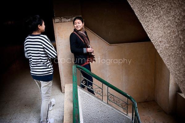 Copyright : Magali Corouge / Documentography.Le Caire, le 26 janvier 2013. .Yitong Shen sur le palier de sont appartement dans le quartier d'Abbasseya du Caire.