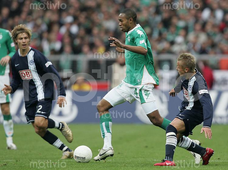 20.10.07 Fussball Bundesliga Saison 2007/08 SV Werder Bremen - Hertha BSC Berlin NALDO (Werder, M) gegen Tobias GRAHN (l) und Patrick EBERT (Hertha).