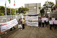 OSASCO,SP - 22.05.2014. -O GOVERNADOR DE SÃO PAULO GERALDO ALCKIMIN INAUGURA REFORMA DO HOSPITAL REGIONAL EM OSASCO - Manifestantes fazem protesto contra o monopólio do transporte aos grandes empresários das garagens de onibus e tambem funcionários do hospital pediram metas para o Hospital Regional de Osasco onde o governador do Estado de São Paulo Geraldo Alckimin participa da inauguração das reforma do Hospital Regional de Osasco e assinatura de convênio para implantação de filial do Icesp na manhã desta quinta feira (22) (Foto: Aloisio Mauricio / Brazil Photo Press)